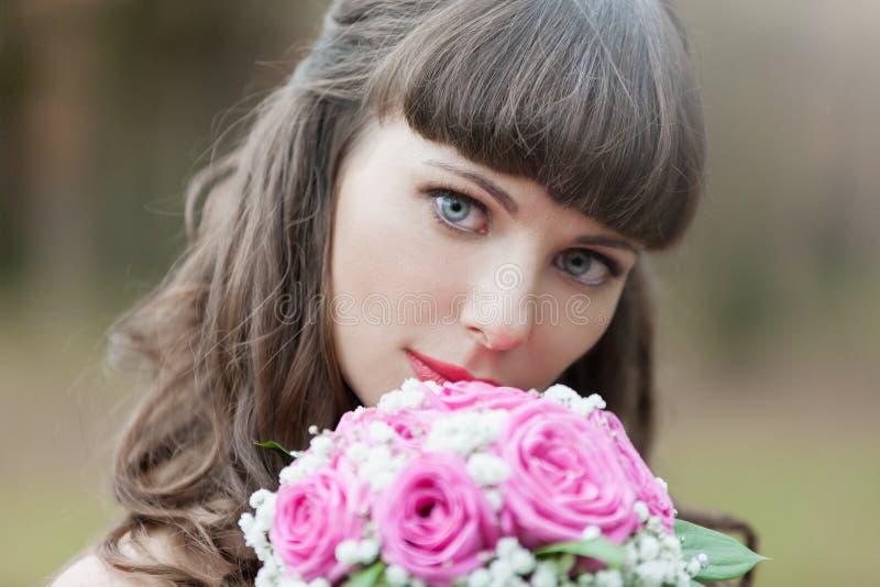 Novia morena, ramo de las rosas, cierre para arriba imagen de archivo libre de regalías