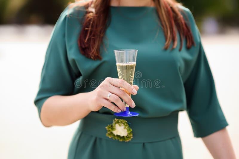 Novia o dama de honor que sostiene los vidrios plásticos con champán fotografía de archivo libre de regalías