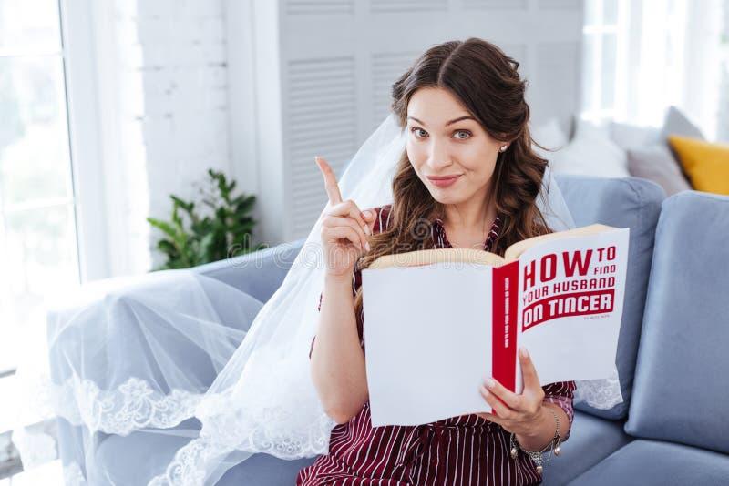 novia Oscuro-cabelluda que tiene idea agradable mientras que planea casarse fotografía de archivo libre de regalías