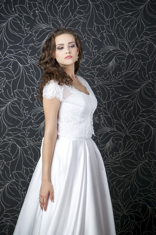 Download Novia Profesional Del Peinado Del Maquillaje Imagen de archivo - Imagen de fondo, ropa: 42440951