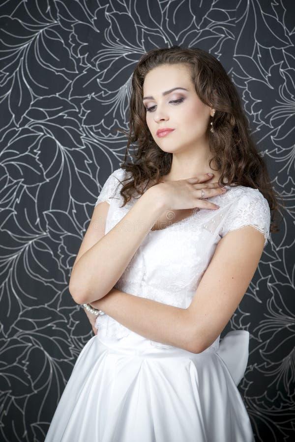 Download Novia Profesional Del Peinado Del Maquillaje Foto de archivo - Imagen de alineada, brunette: 42440970