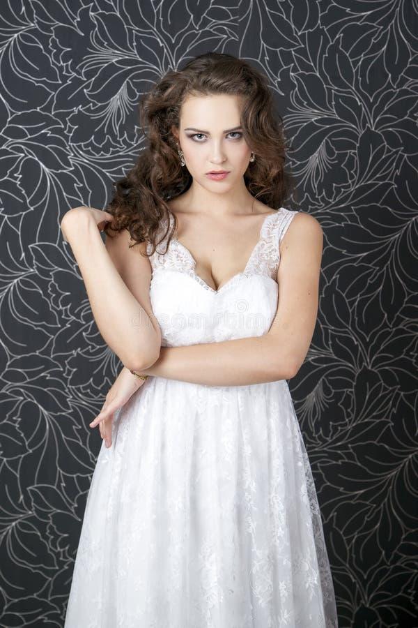 Download Novia Profesional Del Peinado Del Maquillaje Imagen de archivo - Imagen de accesorio, fondo: 42440973