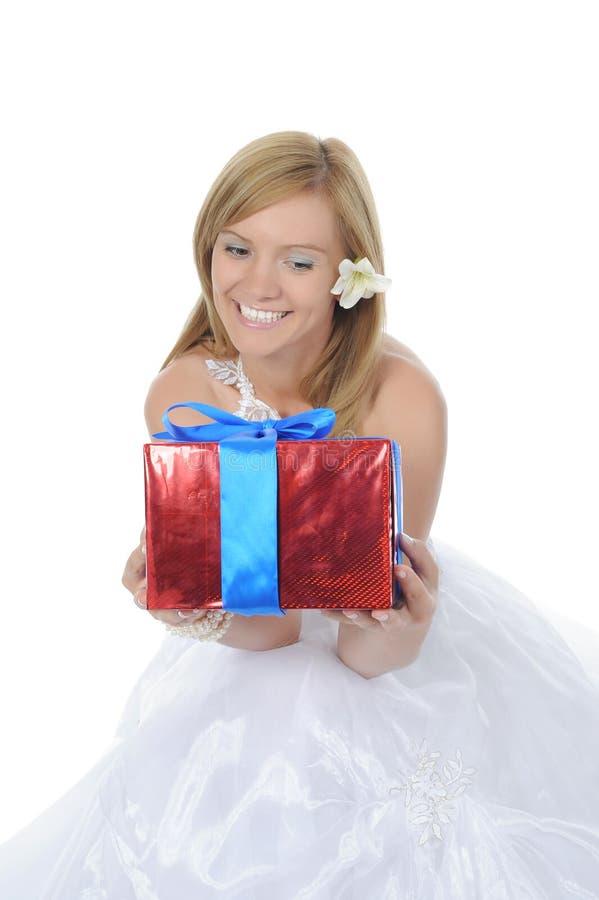 Novia que abraza el rectángulo de regalo fotografía de archivo libre de regalías
