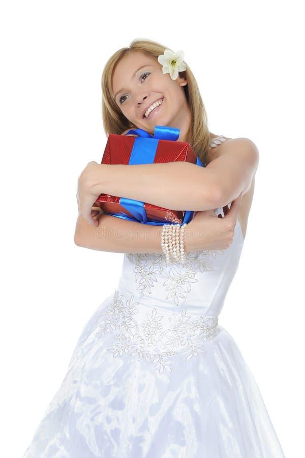 Novia que abraza el rectángulo de regalo. imagenes de archivo