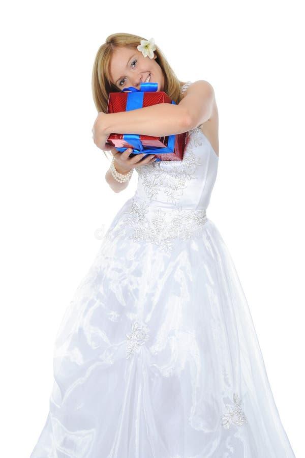 Novia que abraza el rectángulo de regalo. foto de archivo libre de regalías