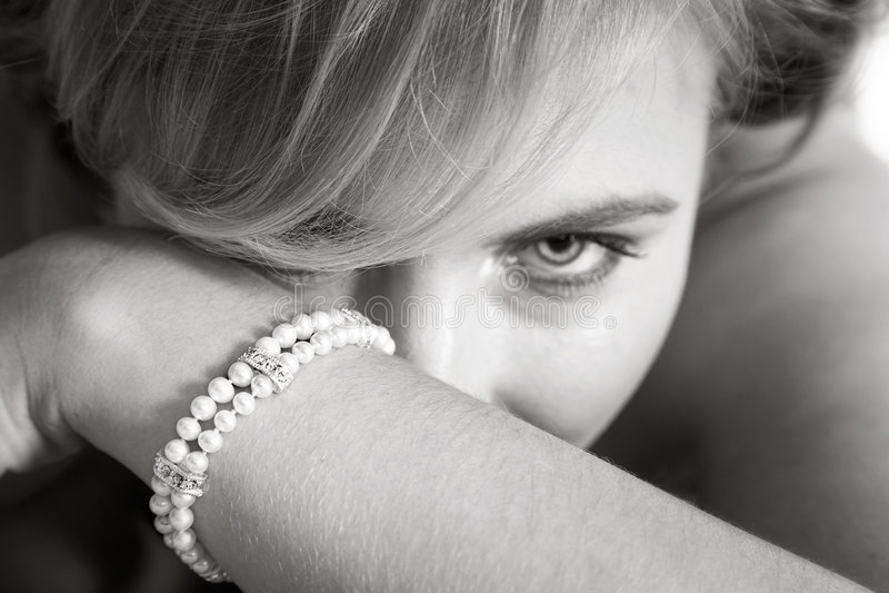 Novia que busca detrás de su brazo fotos de archivo libres de regalías