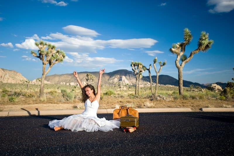 Novia que celebra en desierto fotografía de archivo libre de regalías