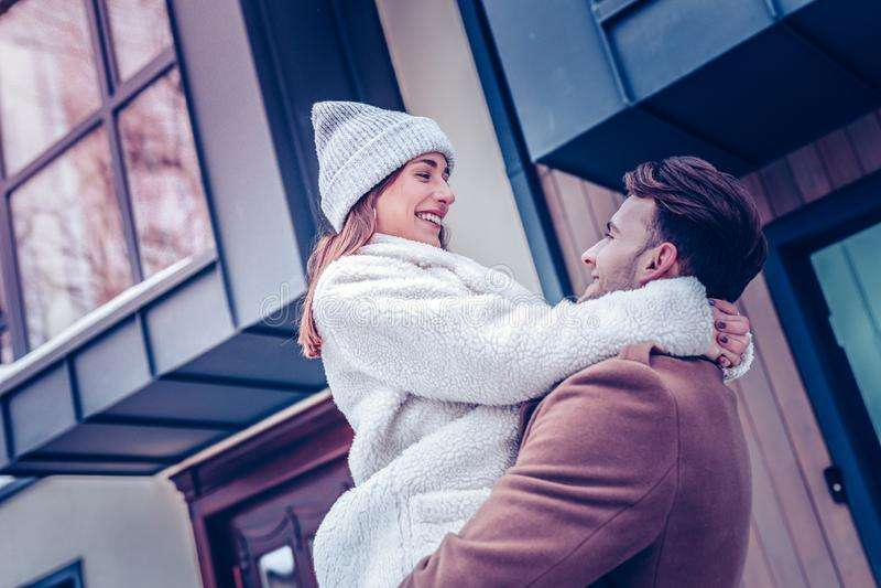 Novia que lleva la sensación caliente del sombrero del invierno preciosa con su hombre imagenes de archivo