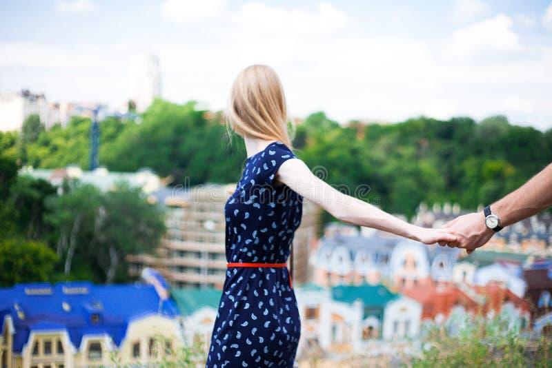 Novia que lleva a su novio por la mano fotografía de archivo