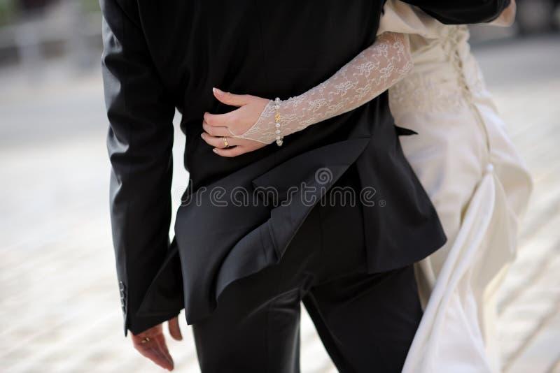 Novia que rodea la cintura del novio fotos de archivo