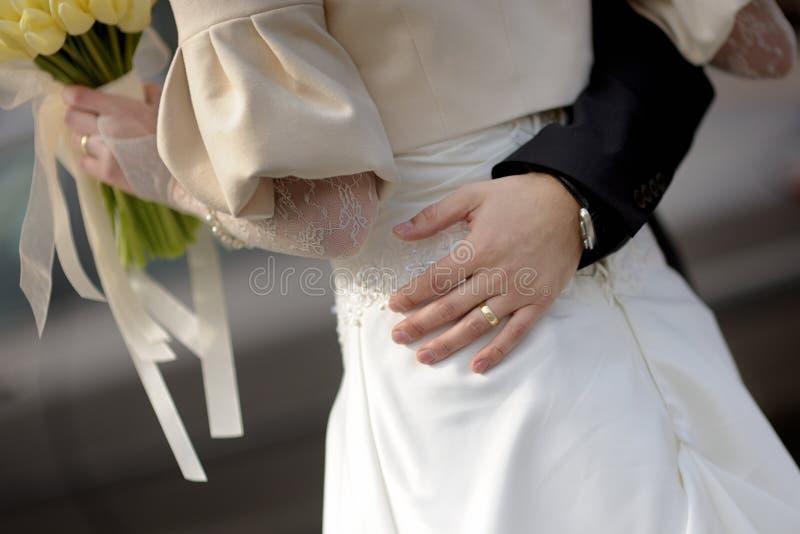 Novia que rodea la cintura del novio foto de archivo