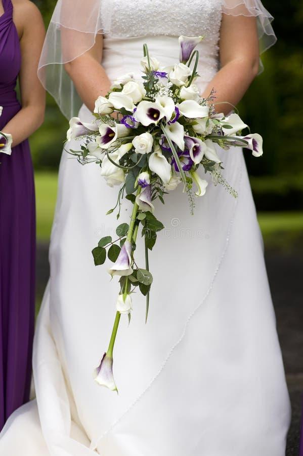Novia que sostiene un ramo de la boda imagen de archivo