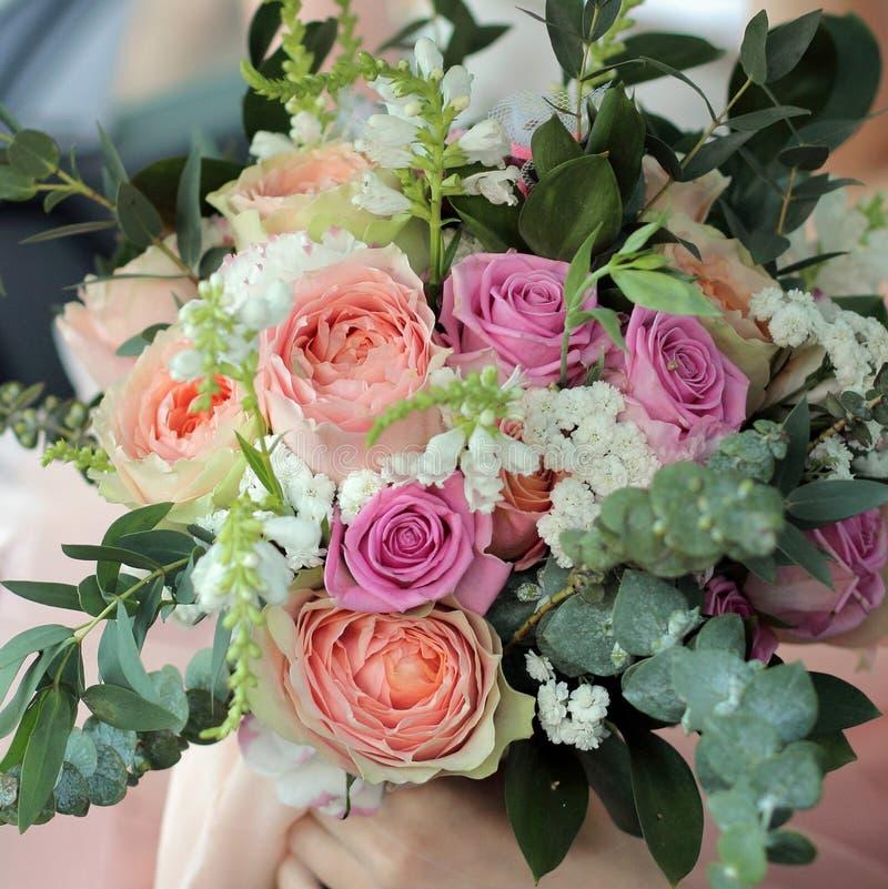 Novia que sostiene un ramo nupcial hermoso El ramo de la boda de rosas del melocotón de David Austin, rosa de la solo-cabeza subi imágenes de archivo libres de regalías