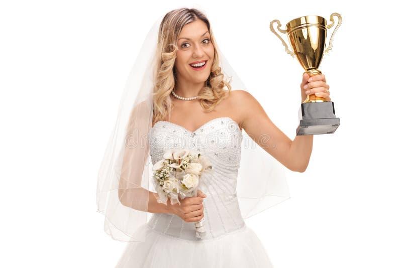 Novia que sostiene un trofeo imagen de archivo