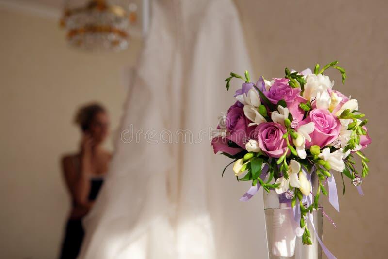Novia, ramo y alineada de boda fotos de archivo