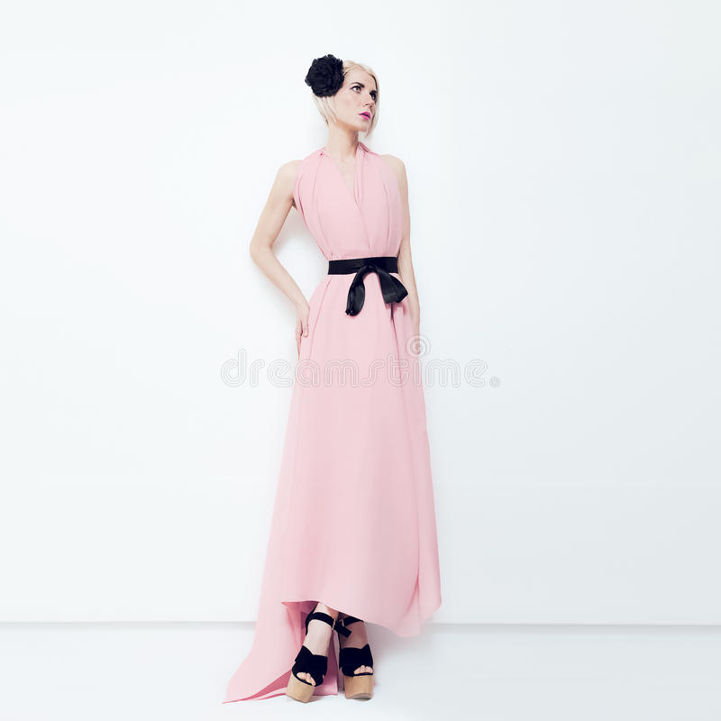 Novia rubia de la moda sensual en el interior blanco fotografía de archivo libre de regalías