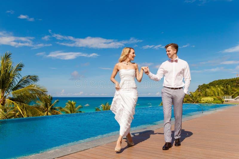 Novia rubia hermosa en el vestido de boda blanco y el danc del novio imágenes de archivo libres de regalías