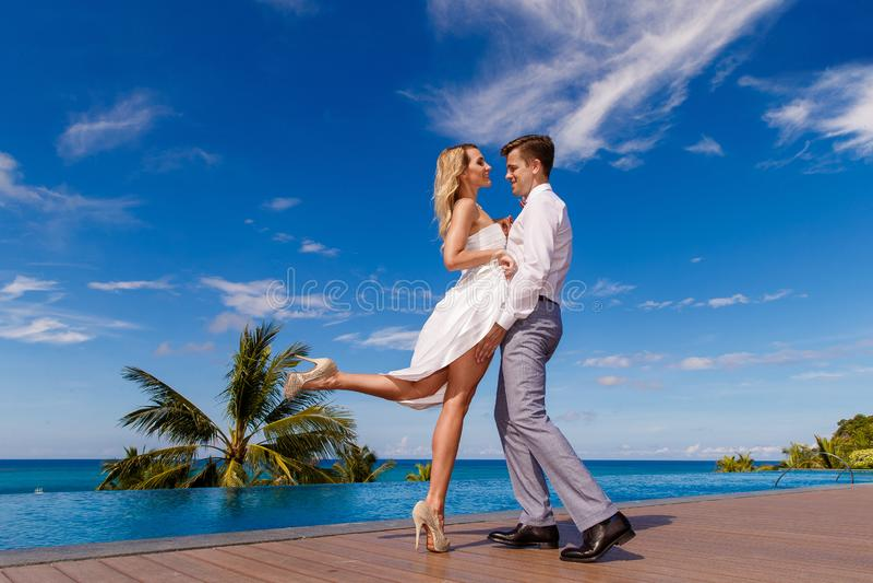 Novia rubia hermosa en el vestido de boda blanco y el danc del novio fotografía de archivo