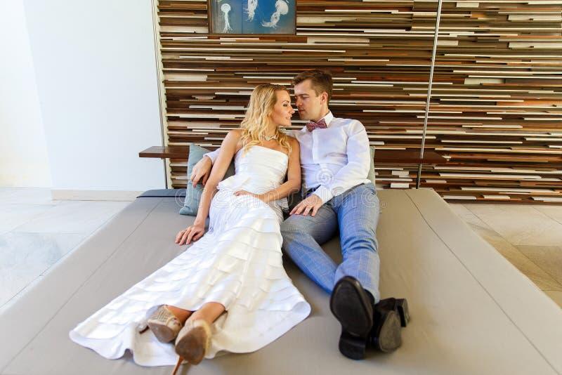 Novia rubia hermosa en el vestido de boda blanco y el novio en t fotografía de archivo libre de regalías