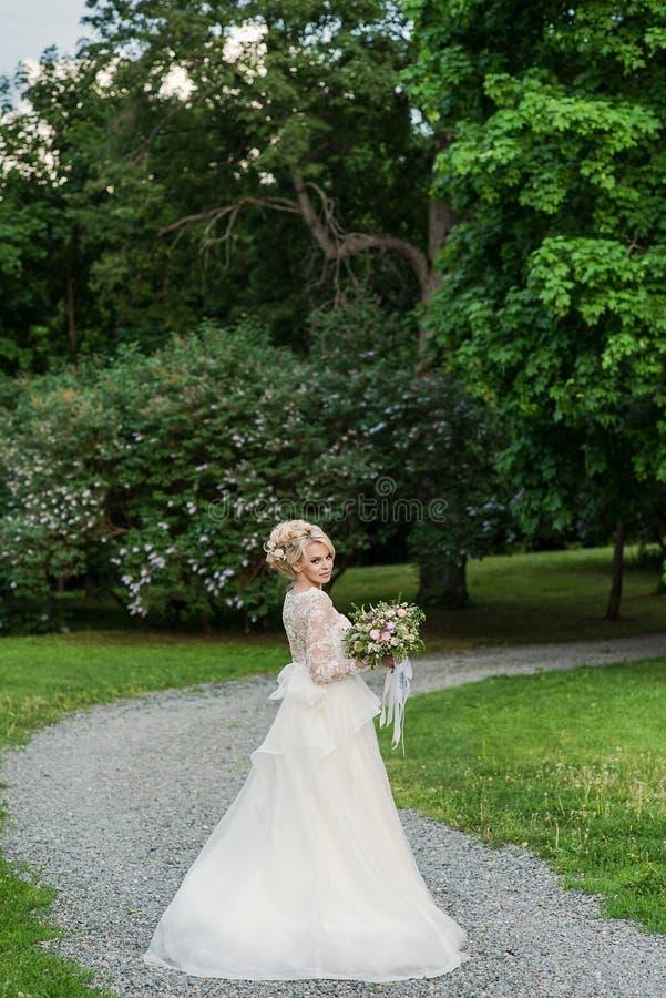 Novia rubia hermosa en la boda del whith del parque fotografía de archivo
