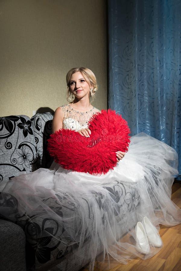 Novia rubia hermosa que espera a su novio en día de boda imagenes de archivo