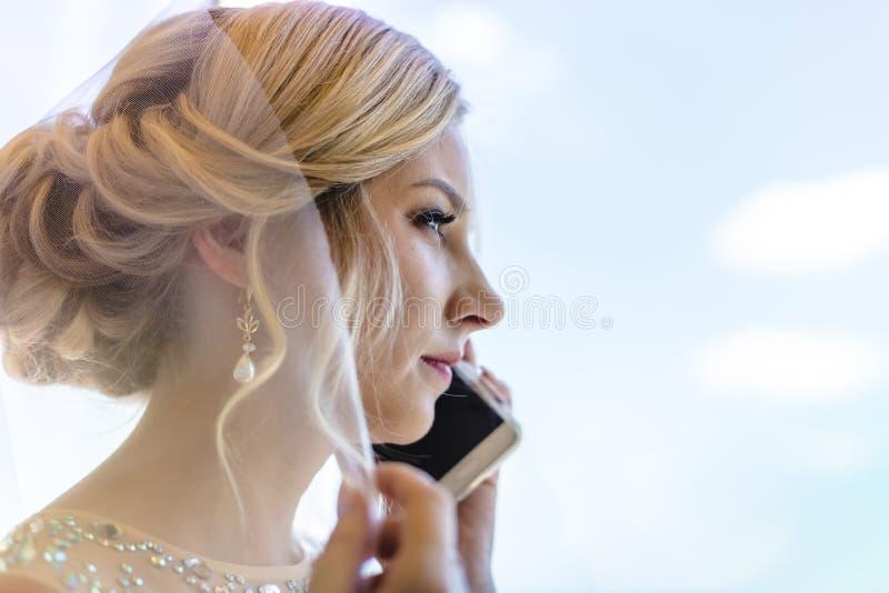 Novia rubia hermosa que espera a su novio en día de boda fotos de archivo libres de regalías