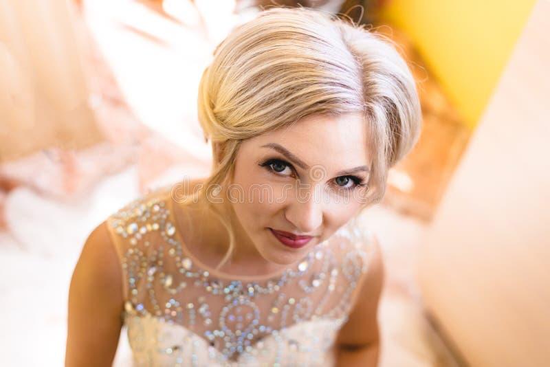 Novia rubia hermosa que espera a su novio en día de boda fotografía de archivo libre de regalías