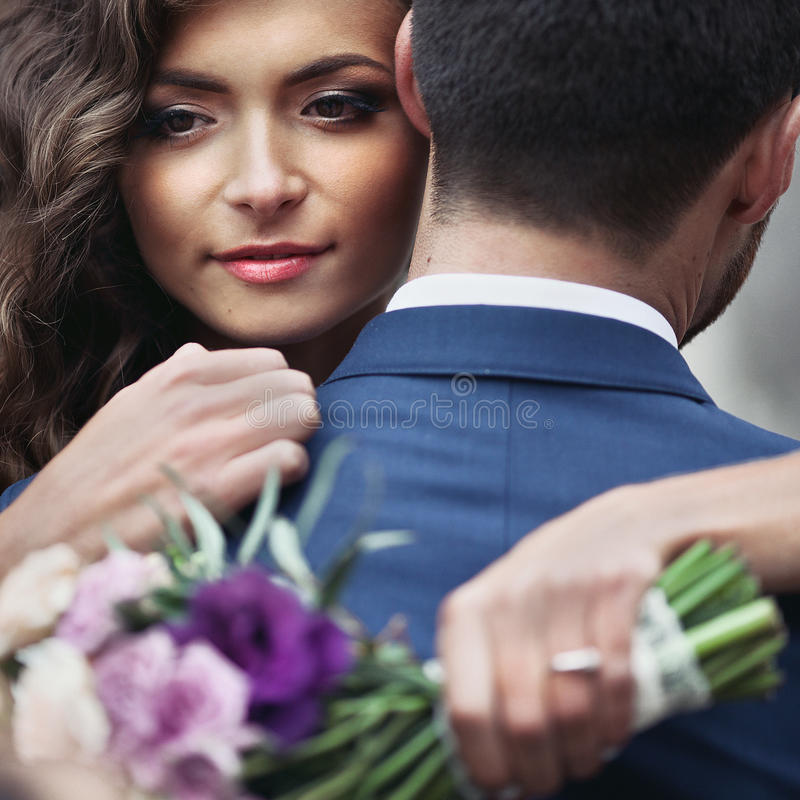 Novia sensual hermosa del recién casado que abraza la cara hermosa del novio fotos de archivo