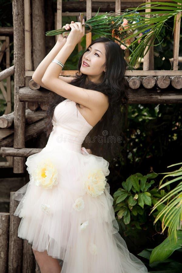 Novia sonriente con el peinado rizado de la boda imagenes de archivo