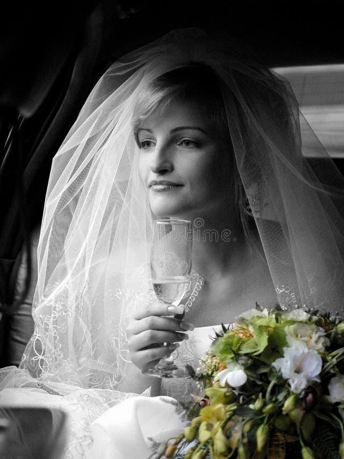 Novia sonriente en la alineada blanca imagenes de archivo