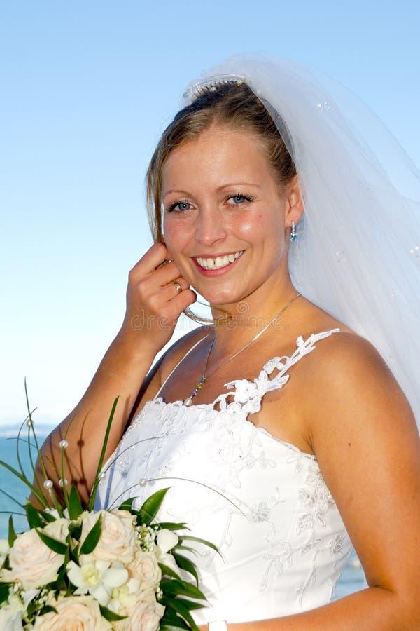 Novia sonriente feliz de la boda con el ramo. fotos de archivo