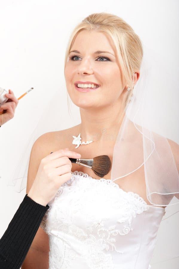 Novia y artista de maquillaje hermosos foto de archivo libre de regalías
