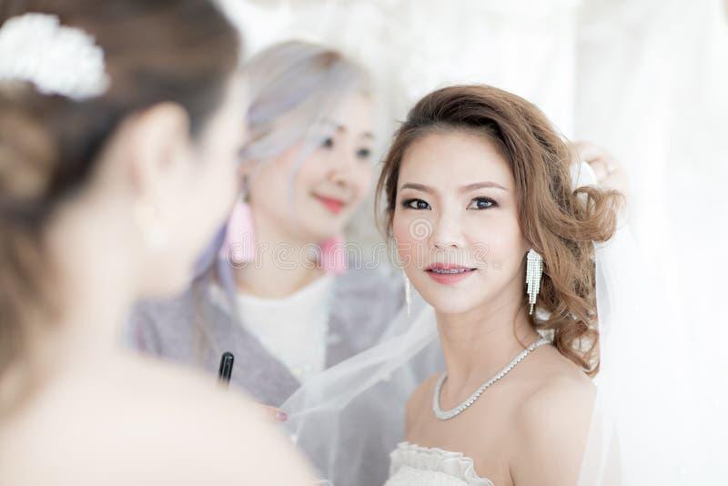 Novia y bridesmaid imagenes de archivo
