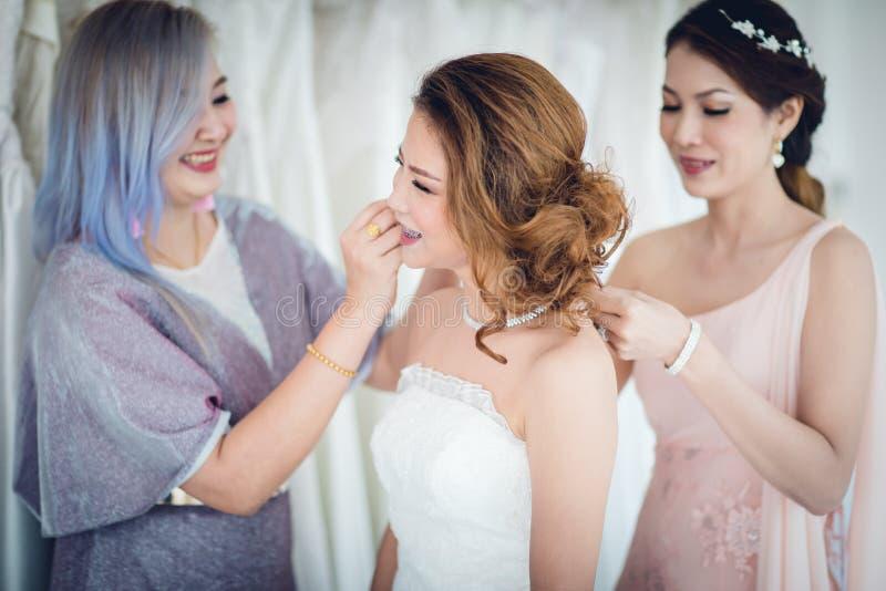 Novia y bridesmaid foto de archivo libre de regalías