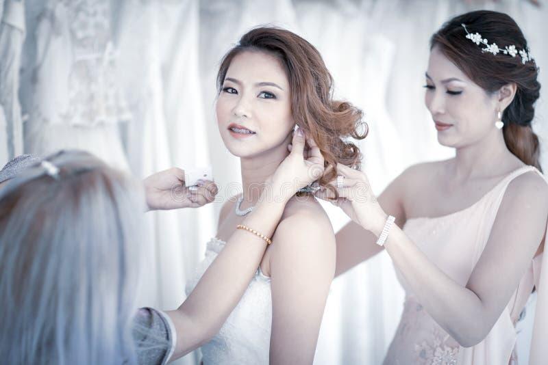 Novia y bridesmaid fotografía de archivo libre de regalías