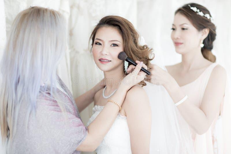 Novia y bridesmaid imagen de archivo