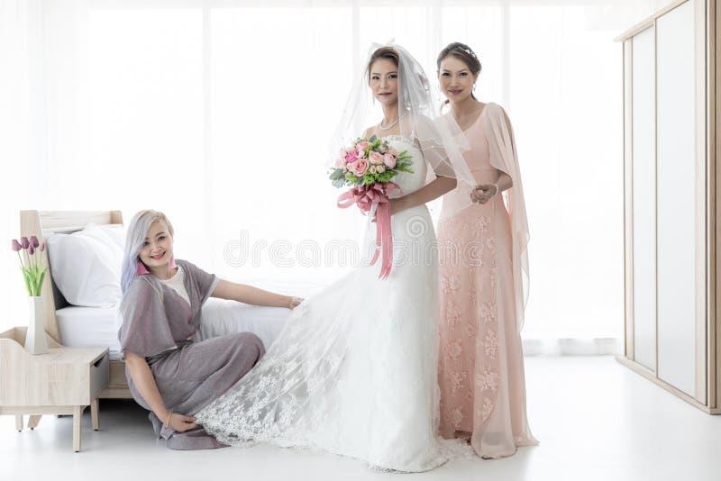 Novia y bridesmaid foto de archivo