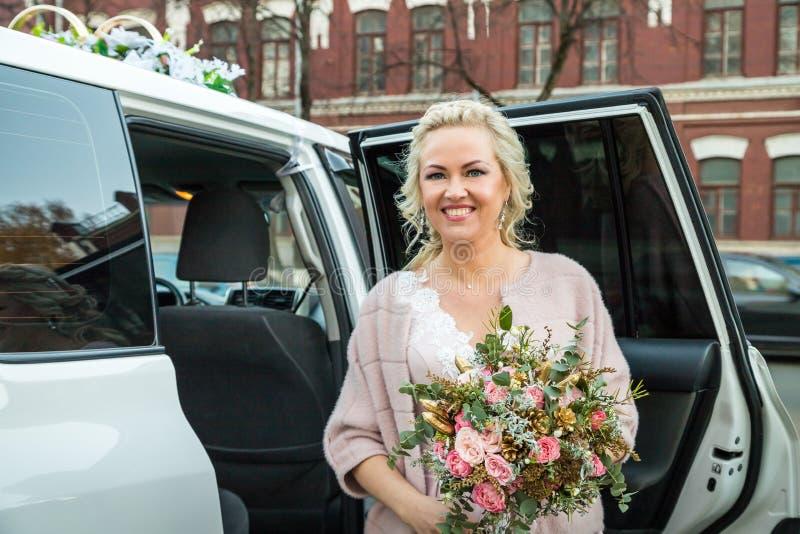 Novia y coche rusos hermosos en una ciudad imagen de archivo libre de regalías