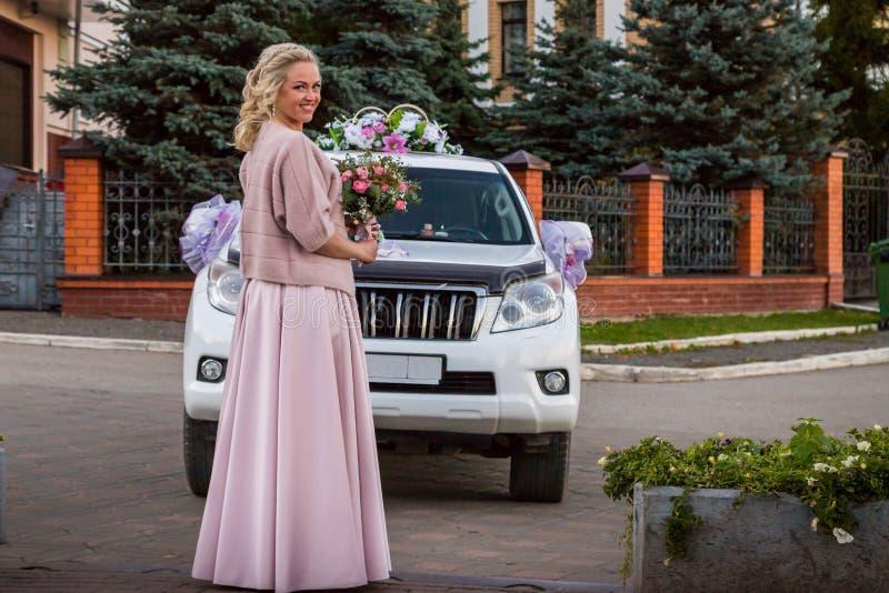 Novia y coche rusos hermosos en una ciudad fotos de archivo