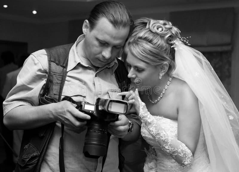 Novia y fotógrafo imagen de archivo libre de regalías