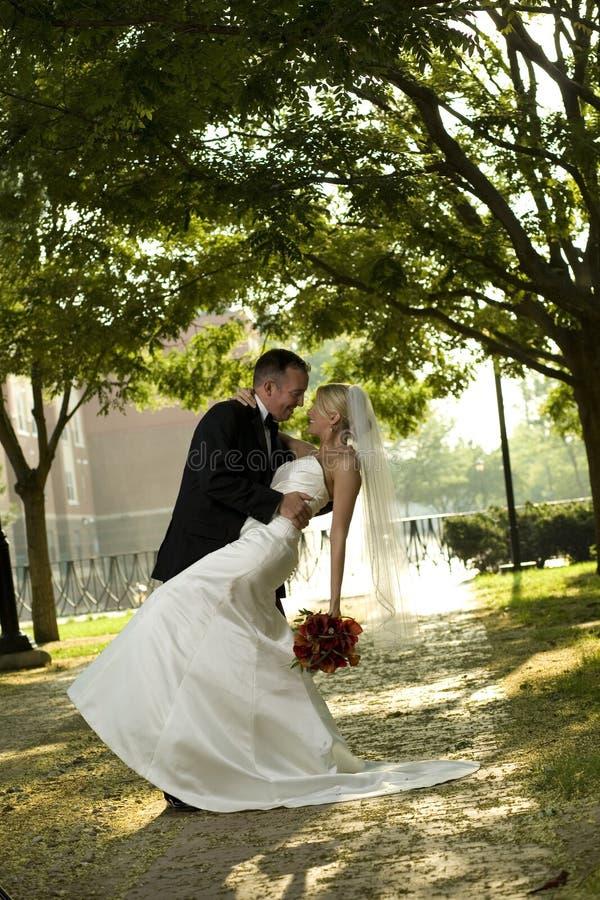 Novia y novio al aire libre fotos de archivo