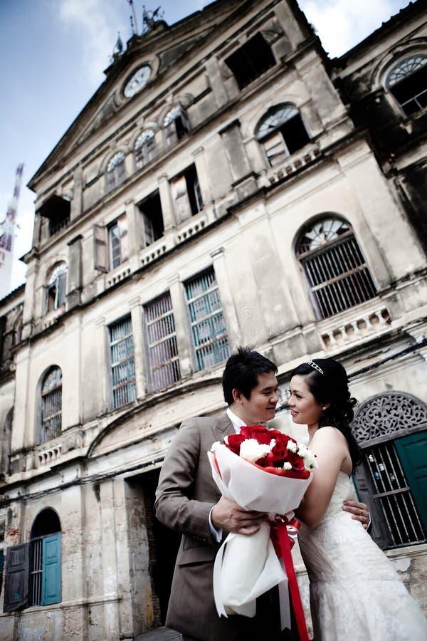 Novia y novio al aire libre foto de archivo
