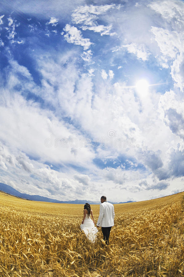 Novia y novio al aire libre imagen de archivo libre de regalías