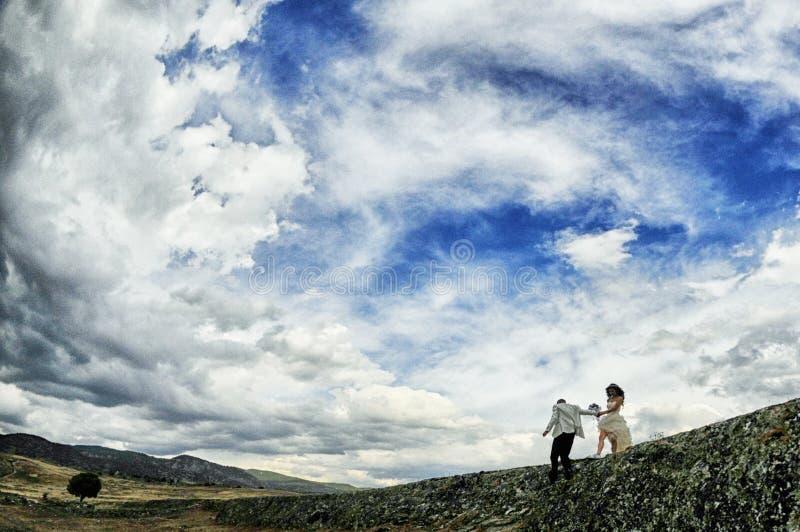 Novia y novio al aire libre fotografía de archivo