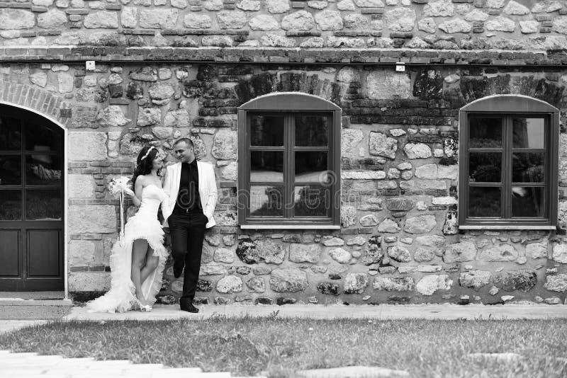 Novia y novio al aire libre imágenes de archivo libres de regalías