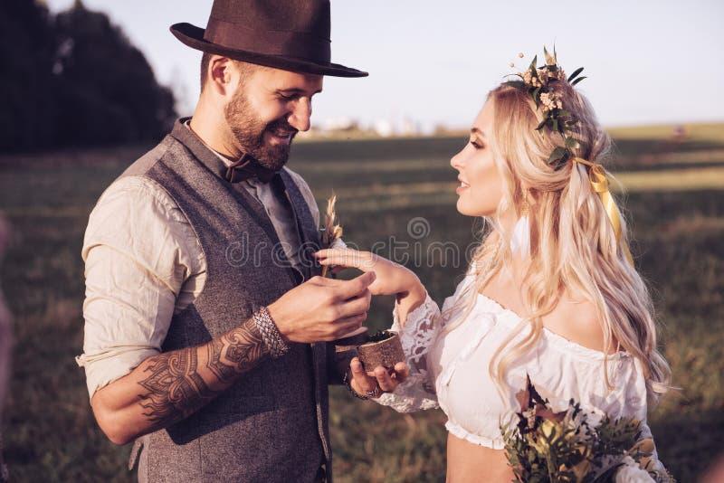 Novia y novio al aire libre Ceremonia de boda Arco de la boda imágenes de archivo libres de regalías