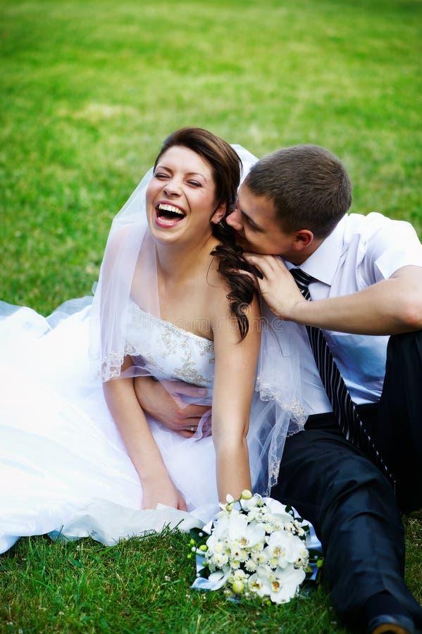Novia y novio alegres fotografía de archivo libre de regalías