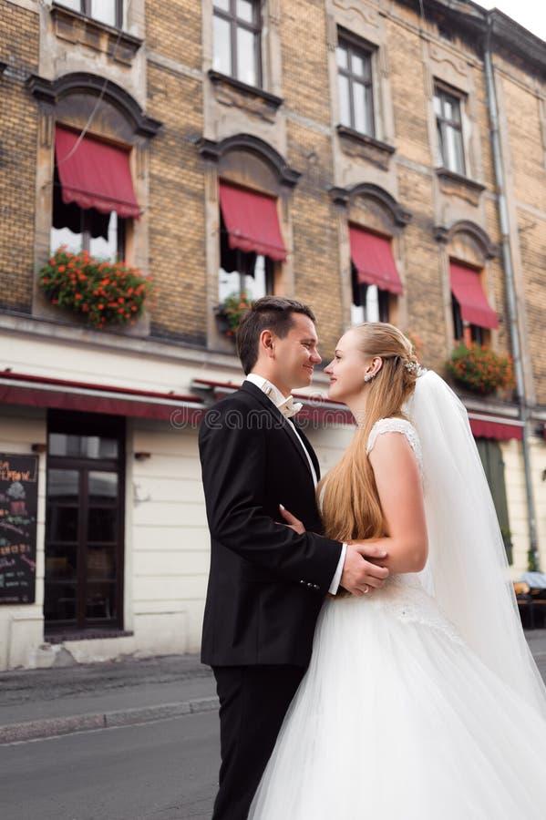 Novia y novio antes de la boda foto de archivo
