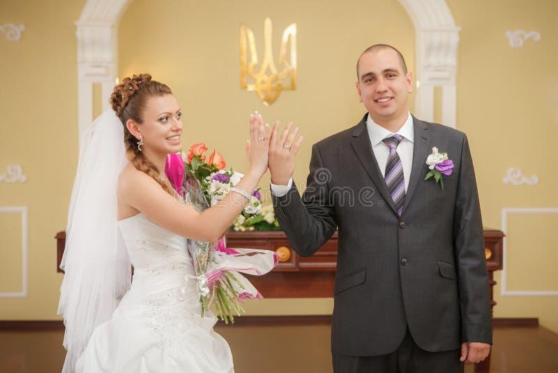 Novia y novio apenas casados y felices imagen de archivo libre de regalías