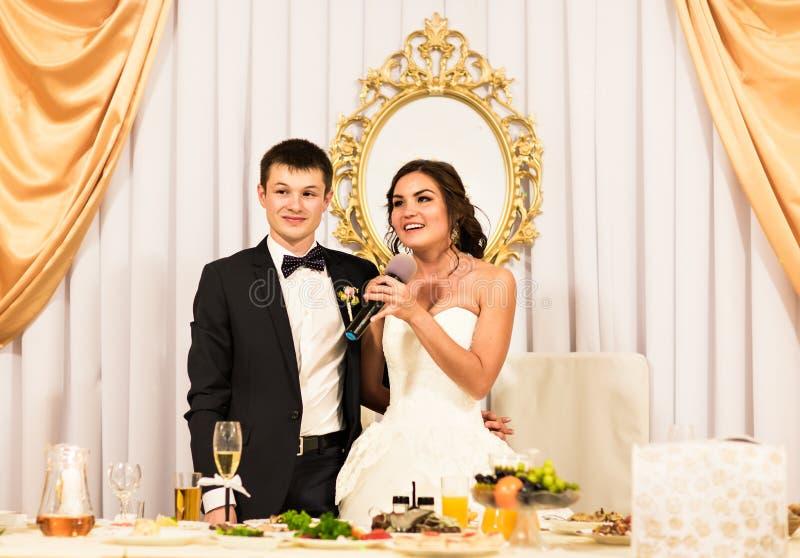 Novia y novio Celebrating With Guests en la recepción imagen de archivo libre de regalías